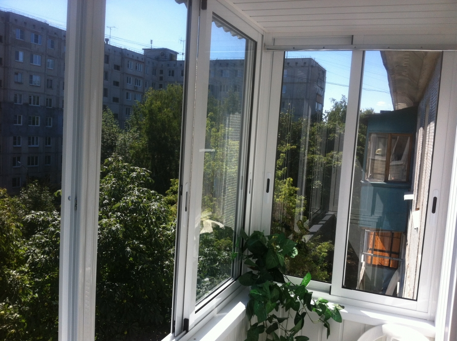 """Отделка, мебель и остекление балкона - мастерская """"дримхаус""""."""